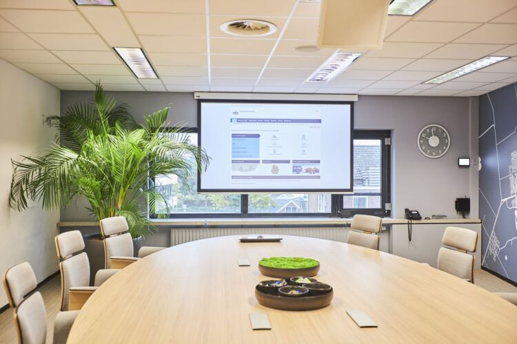 Slim presentatiesysteem met beamer in vergaderzaal van gemeente Assen