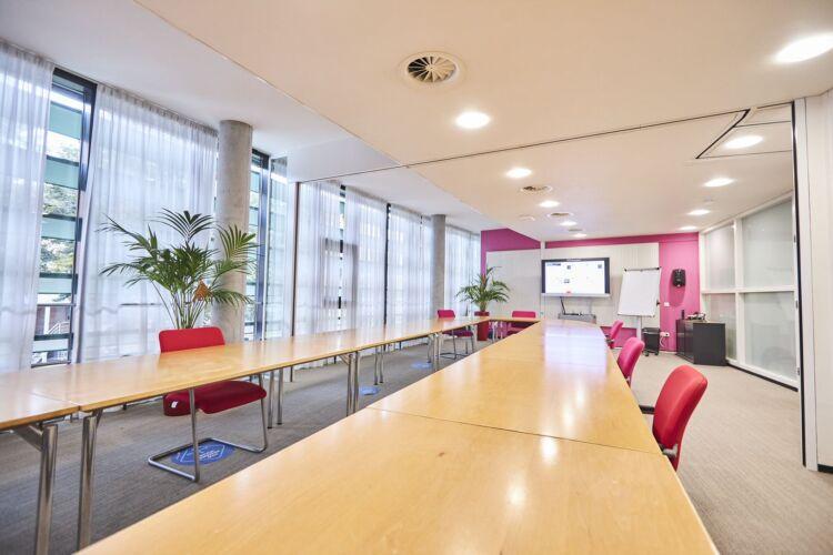 Slim presentatiesysteem in grote vergaderzaal gemeente Assen