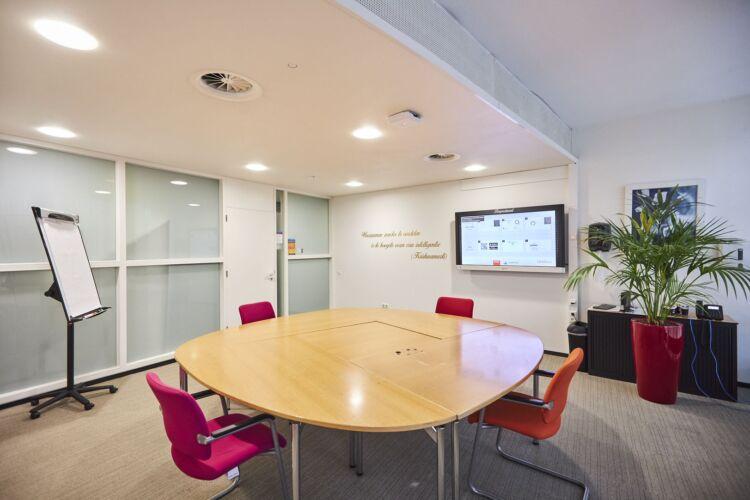 Slim presentatiesysteem in vergaderzaal gemeente Assen